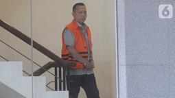 Mantan Anggota Fraksi Partai Demokrat DPRD Jambi Effendi Hatta bersiap menjalani pemeriksaan penyidik di Gedung KPK, Jakarta, Senin (14/10/2019). Hatta diperiksa sebagai tersangka terkait kasus dugaan menerima suap pengesahan APBD 2017-2018. (merdeka.com/Dwi Narwoko)