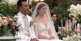 Denny Sumargo membawa kabar bahagia di akhir pekan ini. Sabtu (21/11/2020), ia resmi menikahi seorang perempuan cantik bernama Olivia Allan. Tampak suasana khidmat dan tertutup dari pernikahan keduanya. (FOTO: Instagram)