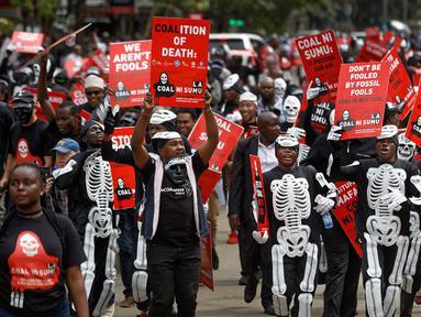 Aktivis lingkungan berdemonstrasi menentang rencana pemerintah untuk menambang batu bara dan membuka PLTU, Nairobi, Kenya, Selasa (5/6). Proyek tersebut kerja sama antara pemerintah Kenya dan China. (AP Photo/Ben Curtis)