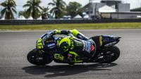 Pembalap Monster Energy Yamaha, Valentino Rossi saat latihan bebas pertama (FP1) MotoGP Malaysia di Sirkuit Sepang, Jumat (1/11/2019). Valentino Rossi terpuruk ke posisi delapan pada FP1 MotoGP Malaysia. (Mohd RASFAN/AFP)