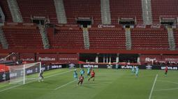 Suasana laga Mallorca melawan Barcelona pada pertandingan La Liga di Son Moix Stadium, Palma de Mallorca, Spanyol, Sabtu (13/6/2020). Barcelona membantai Mallorca dengan skor 4-0. (AP Photo/Francisco Ubilla)