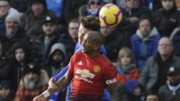 Bek Manchester United, Ashley Young, duel udara dengan pemain Leicester City, Jonny Evans, pada laga Premier League di Stadion King Power, Minggu (3/2). Manchester United menang 1-0 atas Leicester City. (AP/Rui Vieira)