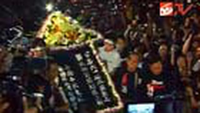 Warga Hongkong memperingati Tragedi Lapangan Tiananmen dengan doa bersama dan menyalakan lilin di Lapangan Victoria, Hongkong.