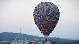 Balon udara terbang bebas di dekat Gedung Parlemen Australia, Canberra , (14/3). Ini dilakukan dilakukan dalam memperingati ulang tahun ke-30 festival Balloon Spectacular Canberra . (REUTERS / Lukas Coch)