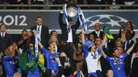 Roberto Di Matteo sukses membawa Chelsea meraih trofi Liga Champions 2011-2012 (zimbio.com)