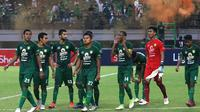Ekspresi pemain Persebaya Surabaya setelah bermain 1-1 kontra Persija Jakarta di Stadion Gelora Bung Tomo, Surabaya, Sabtu (24/8/2019). (Bola.com/Aditya Wany)