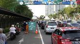 Sejumlah kendaraan antre untuk memasuki kawasan wisata Taman Impian Jaya Ancol, Jalarta, Kamis (29/10/2020). Selain tingginya minat warga berwisata di masa libur panjang, antrean ini juga disebabkan pengalihan buka tutup pintu masuk kawasan Taman Impian Jaya Ancol.  (Liputan6.com/Helmi Fithriansyah)