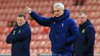 Manajer Tottenham Hotspur, Jose Mourinho, memberi instruksi kepada pemainnya dalam laga perempatfinal Piala Liga Inggris Carabao Cup melawan Stoke City di Bet365 Stadium, Rabu (23/12/2020). Tottenham menang 3-1 atas Stoke. (AFP/Lindsey Parnaby)