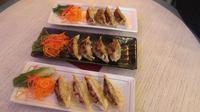 Inilah variasi gyoza yang dihadirkan di Gyoza Bar dengan taburan saus mentai yang menggugah selera. (Foto : Gyoza Bar)
