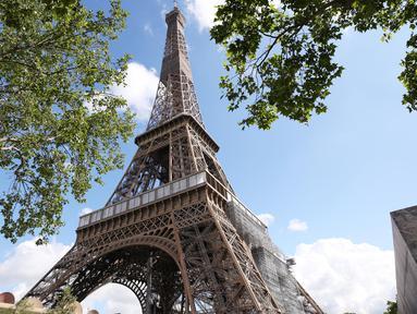 Menara Eiffel terlihat di Paris, Prancis, Kamis (18/6/2020). Menara Eiffel akan kembali dibuka pada 25 Juni mendatang. (Xinhua/Gao Jing)