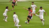 Jalannya pertandingan Athletic Bilbao vs Real Madrid di Stadion San Mamés Barria, Bilbao, Minggu (5/7/2020). (AP Photo/Alvaro Barrientos)