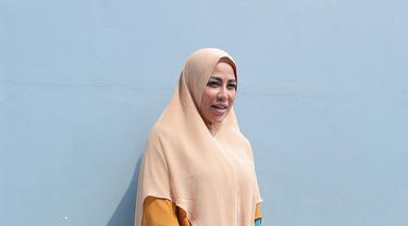 Tidak tanggung-tanggung, Cinta Penelope memakai Hijab panjang yang begitu syar'i, berubah 180 derajat dari penampilannya dulu. (KapanLagi.com/Budy Santoso)