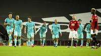 Pemain Liverpool Roberto Firmino (tengah) melakukan selebrasi usai mencetak gol ke gawang Manchester United pada pertandingan Liga Inggris di Stadion Old Trafford, Manchester, Inggris, Kamis (13/5/2021). Liverpool melumat Manchester United 4-2. (AP Photo/Dave Thompson, Pool)