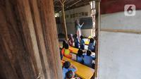 Murid-murid Pendidikan Anak Usia Dini (PAUD) Pelopor belajar di sebuah bangunan kelas tidak permanen di Desa Cibeuteung, Ciseeng, Bogor, Rabu (19/2/2020). Sudah sejak 2009, PAUD yang memiliki 30 murid ini belajar pada bangunan sederhana menumpang di tanah orang lain. (merdeka.com/Arie Basuki)