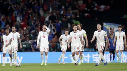 Para pemain Timnas Inggris tampak kecewa saat melawan Italia pada laga final Euro 2020 di Stadion Wembley, London, Senin (12/07/2021). (Foto: AP/Carl Recine,Pool)