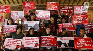 Persatuan Nasional Aktivis 98 (PENA 98) menunjukkan poster usai memberikan keterangan pers di Jakarta, Kamis (14/3). Dalam keterangan persnya PENA 98 menyatakan sikap menolak Capres Pelanggar HAM, Menolak Capres Tuan Tanah. (Liputan6.com/Johan Tallo)