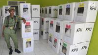 Petugas Kelompok Penyelenggara Pemungutan Suara (KPPS) saat akan mendistribusikan kotak suara menuju TPS di desa Cidokom, Bogor, Selasa (16/4). Pada 17 April 2019, masyarakat dapat menunaikan haknya mencoblos, baik untuk memilih caleg maupun presiden-wakil presiden. (Merdeka.com/Arie Basuki)