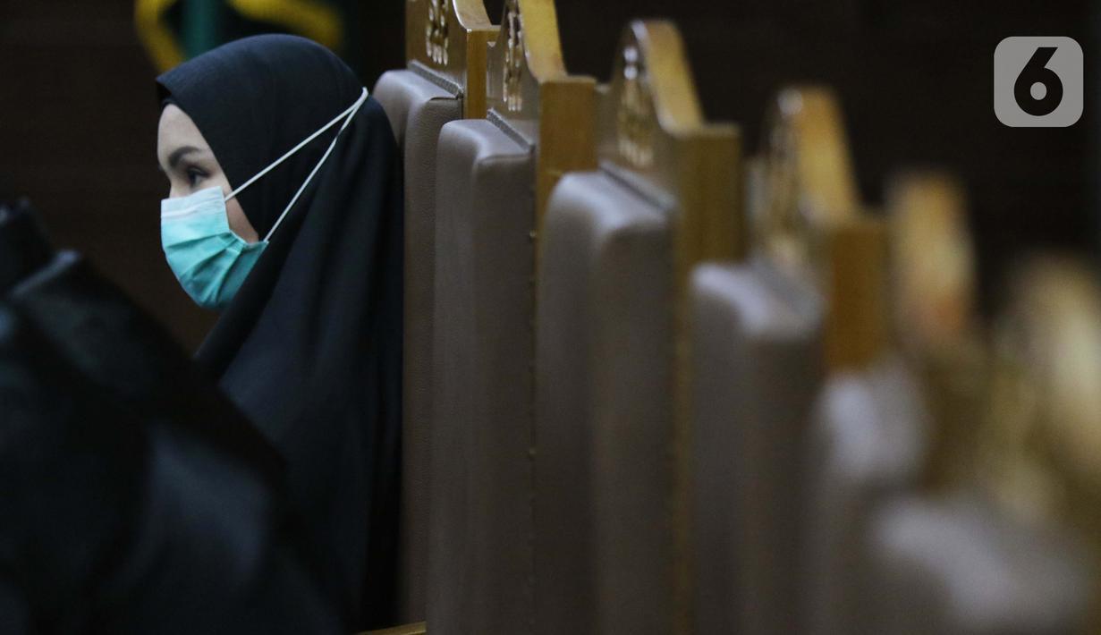 Terdakwa dugaan suap dan tindak pidana pencucian uang terkait pengurusan fatwa Mahkamah Agung untuk Djoko S Tjandra, Pinangki Sirna Malasari saat menjalani sidang di Pengadilan Tipikor Jakarta, Rabu (25/11/2020). Sidang mendengar keterangan saksi-saksi. (Liputan6.com/Helmi Fithriansyah)