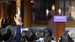 Ibu Negara AS, Melania Trump melambaikan tangan kepada para siswa SMA Korsel setibanya pada acara 'Girls Play 2!' yang merupakan kampanye Olimpiade Musim Dingin PyeongChang 2018 di Kedutaan Besar AS di Seoul, Selasa (7/11). (AP Photo/Ahn Young-joon. Pool)