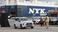 Petugas mengendarai mobil Mitsubishi Xpander menuju kapal untuk diekspor melalui IPC Car Terminal, PT IKT, Cilincing, Jakarta, Rabu (25/4). Pengiriman akan dimulai untuk, sebelum Thailand, Vietnam dan pasar ekspor lainnya. (Liputan6.com/Angga Yuniar)
