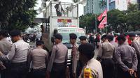 Massa kontra Ahok di depan PN Jakarta Utara, Senin (26/2/2018). (Liputan6.com/Muhammad Radityo Priyasmoro)