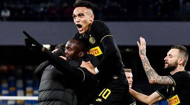 Para pemain Inter Milan merayakan gol yang dicetak oleh Romelu Lukaku ke gawang Napoli pada laga Serie A di Stadion San Paolo, Naples, Senin (6/1/2020). Napoli takluk 1-3 dari Inter Milan. (AFP/Tiziana Fabi)