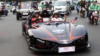 Salah satu mobil listrik buatan ITS yang ikut serta dalam Jambore Kendaraan Listrik Nasional melintasi jalanan di Jakarta, Selasa (3/9/2019). Jambore nasional tersebut berbentuk rally dan menempuh jarak 900 kilometer (km) dari Surabaya menuju Jakarta. (Liputan6.com/Johan Tallo)