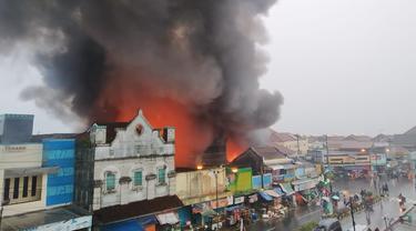 Asap hitam mengepul dari toko yang terbakar di Bobotsari, Purbalingga. (Foto: Liputan6.com/Rudal Afgani Dirgantara)