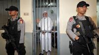 Aparat kepolisian berjaga di ruang tahanan pengadilan terpidana kasus terorisme Abu Bakar Baasyir usai menjalani persidangan di Jakarta, (16/06/2011). (AFP Photo/Adek Berry)