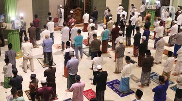 FOTO: Tarawih Pertama, Masjid di Tangerang Terapkan Physical Distancing