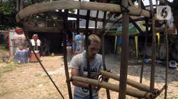 Perajin menyelesaikan pembuatan ondel-ondel di Kawasan Perkampungan Budaya Betawi, Setu Babakan, Jagakarsa, Jakarta Selatan, Selasa (28/7/2020). Selama pandemi COVID-19, perajin mengaku sepi pemesanan ondel-ondel kendati harus terus memproduksi untuk stok ke depan. (merdeka.com/Dwi Narwoko)
