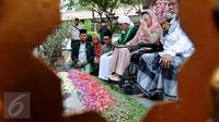 Istri mendiang Gus Dur, Sinta Nuriyah terharu saat berdoa di makam Gus Dur di komplek pesantren Tebuireng, Jombang, Jatim, Selasa (4/8/2015). Ziarah tersebut bertepatan dengan hari lahir Gus Dur. (Liputan6.com/Johan Tallo)