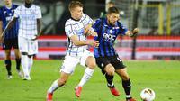 Pemain Inter Milan, Nicolo Barella, berebut bola dengan pemain Atalanta, Papu Gomez, pada laga Serie A di Stadion Gewiss, Sabtu (1/7/2020). Inter Milan menang 2-0 atas Atalanta. (Giuseppe Zanardelli/LaPresse via AP)