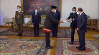 Duta Besar RI menyerahkan surat kepercayaan ke Presiden Mesir, Abdel Fattah Al Sisi. (Foto: Kemlu RI)