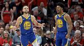 Pebasket Golden State Warriors, Stephen Curry, melakukan selebrasi usai menaklukkan Portland Trail Blazers pada laga NBA 2019 di Moda Center, Senin, (20/5). Warriors menang 119-117 atas Blazers. (AP/Craig Mitchelldyer)