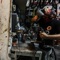 Pekerja Recycle Painting mengerjakan restorasi sepeda di Workshopnya kawasan bintaro, Jakarta, Sanin (1/3/2021). Di masa pandemi Covid 19 seiring maraknya warga berolah raga sepeda khususnya di DKI Jakarta, permintaan restorasi sepeda tersebut meningkat. (Liputan6.com/Johan Tallo)