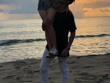 Pasangan kekasih Verrell Bramasta dan Natasha Wilona kembali mengunggah kemesraannya. Beberapa foto kemesraan pasangan ini dibagikan di Instagram. (Instagram/bramastavrl)