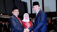 Ahok memberikan ucapan selamat kepada Saefullah usai dilantik menjadi Sekda DKI Jakarta yang baru menggantikan posisi Fajar Pandjaitan yang telah mundur sejak April 2013 lalu, Jakarta, Jumat (11/7/2014) (Liputan6.com/Faizal Fanani)