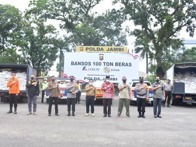 Jajaran Fokompinda berfoto bersama setelah acara pendistribusian 100 ton beras bantuan dari EMTEK dan LYMAN di halaman Mapolda Jambi, Jumat (6/8/2021). Bantuan ini didistribusikan kepada masyarakat terdampak pandemi Covid-19. (Liputan6.com/Istimewa)