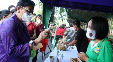 Ny Putri Koster saat Membeli Produk IKM/UMKM Bali di Deapan kantor Gubernur