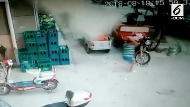 Seorang bocah laki-laki berlari menyelamatkan diri dari serpihan bangunan yang jatuh di China. Beruntung bocah tersebut selamat tanpa cedera apapun.