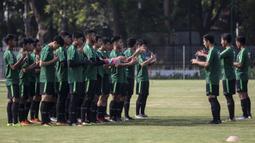 Para pemain Timnas Indonesia U-19 melakukan yel-yel sebelum latihan di Lapangan ABC Senayan, Jakarta, Selasa (18/9/2018). Latihan ini merupakan persiapan jelang Piala AFC U-19. (Bola.com/Vitalis Yogi Trisna)