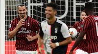 Penyerang AC Milan, Zlatan Ibrahimovic, merayakan gol yang dicetaknya ke gawang Juventus pada laga lanjutan Serie A pekan ke-31 di Stadion San Siro, Rabu (8/7/2020) dini hari WIB. AC Milan menang 4-2 atas Juventus. (AFP/Miguel Medina)