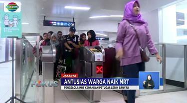 Stasiun MRT Bundaran Hotel Indonesia dipenuhi warga yang antusias mencoba MRT Jakarta di hari libur.