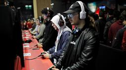 Para Pengunjung terlihat serius memainkan berbagai video game yang ditampilkan dalam acara Paris Games Week di Paris, Prancis (26/10). Paris Games Week diselenggarkan pada 27–31 October. (REUTERS/Benoit Tessier)
