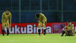 Para pemain Bhayangkara Solo FC tertunduk lesu usai ditaklukkan Persija Jakarta pada laga Piala Menpora 2021 di Stadion Kanjuruhan, Malang, Rabu (31/3/2021). Persija Menang dengan skor 2-1. (Bola.com/M Iqbal Ichsan)