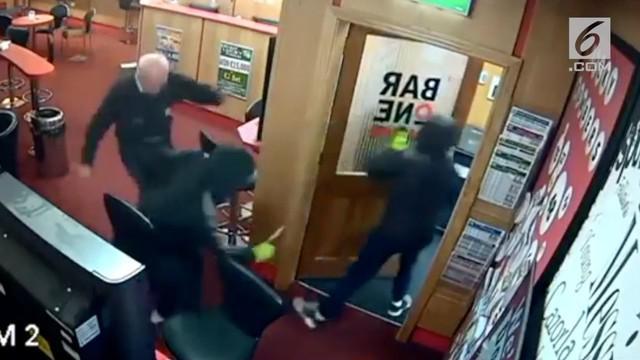 Para perampok bersenjata berhasil diusir oleh seorang kakek bernama Denis O'conner yang berusia 85 tahun. Dennis melawan perampok tersebut saat dirinya berada di Bar One Racing di Glanmire, County Cork.