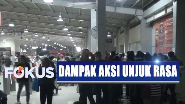 Penumpukan penumpang terjadi lantaran calon penumpang yang seharusnya naik dari Stasiun Palmerah dan Tanah Abang dialihkan ke Stasiun Kebayoran.