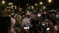 Kapolsek Tanah Abang Singgih Hermawan memberikan keterangan kepada awak media usai laga uji coba Timnas Indonesia U-23 melawan Tira Persikabo batal digelar karena tidak mendapatkan izin dari kepolisian. (Foto: Bola.com/M. Iqbal Ichsan)