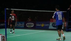Anthony Sinisuka Ginting sukses mengalahkan Tommy Sugiarto di partai pertama babak semifinal Djarum Superliga Badminton 2019. (Huyogo Simbolon)